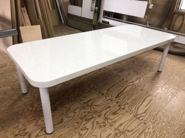 大理石で鏡面艶有りのダイニングテーブルをメラミン化粧板で作ります。