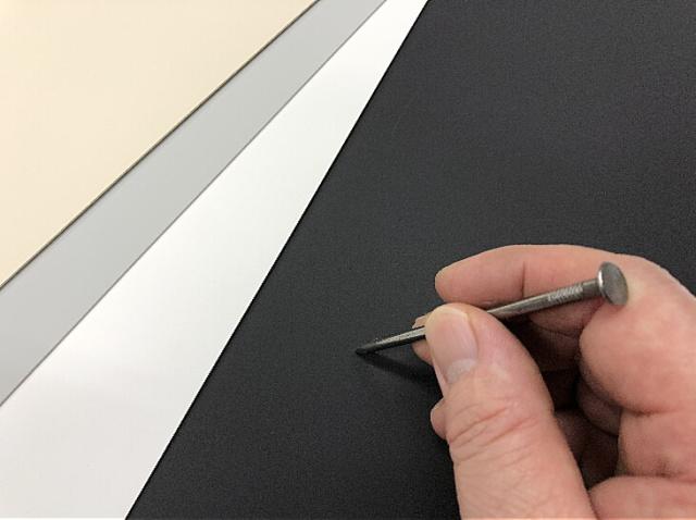 電子線硬化樹脂化粧板の強度試験、釘でこする。