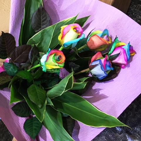【虹色のバラ】めずらしい色のレインボーローズの花束5本