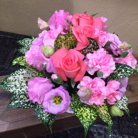 【年齢関係なく女性へのお見舞いとしても人気】バラのアレンジメント(ピンク系)