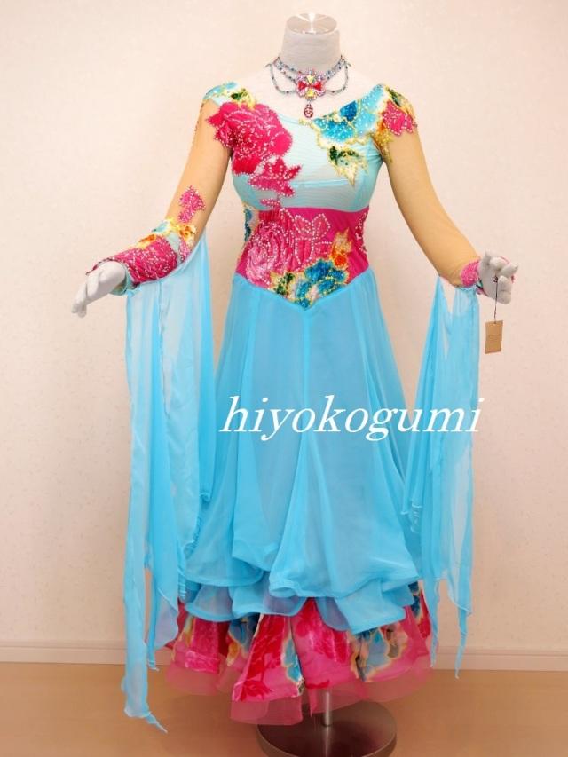 M886 ブルーとショッキングピンクドレス