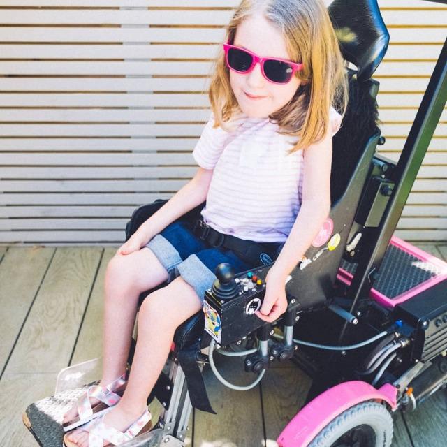 車いすのためのショートパンツ。股上が深く、ずり落ちが気になりません。障害児、医療的ケア児、肢体不自由児のための介護用子供服。