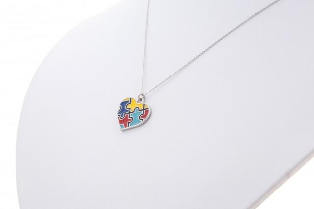 自閉症シンボル、パズルピースチャームのネックレス、イヤリング、ピアス、アクセサリー.。 ネックレス。