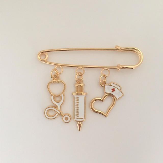 ナース(看護師)、注射器、聴診器チャームがセットになったキーホルダーです。プレゼントや記念品にどうぞ。