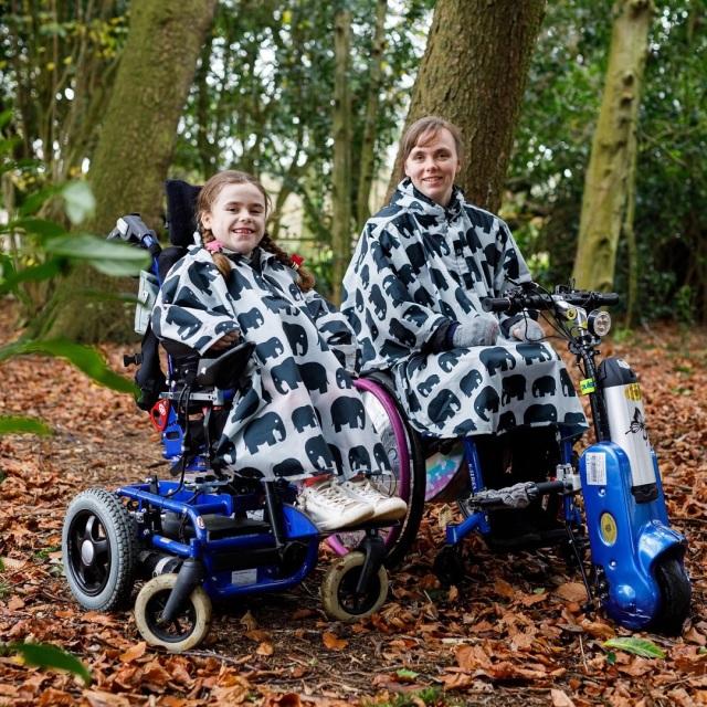 車椅子用レインポンチョ、レインコート、カッパ、レインカバー。子供用サイズ。かわいいエレファント柄。