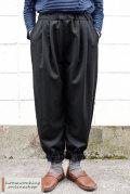 【送料無料】ポリエステルウールツイル裾ギャザーパンツ(ブラック)