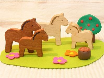 木製のほっこり馬の置物
