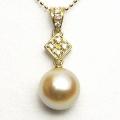 ナチュラルゴールドカラーのK18アコヤ真珠ダイヤ入りペンダント(9ミリ)