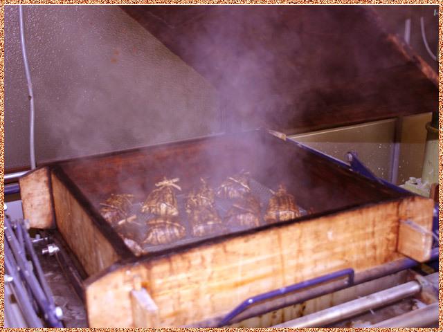 柿蒸し羊羹を蒸篭で蒸し上げ作業