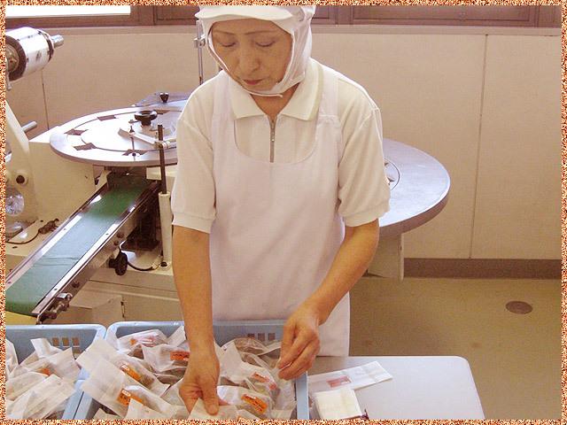 柿蒸し羊羹を一つ一つ個包装します