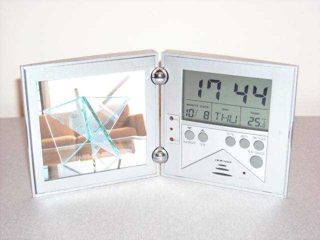 吹き込んだ声をアラームに出来る!録音再生機能付き目覚まし時計レコーダーアラームクロック フォトフレーム付き  SILVER 70169