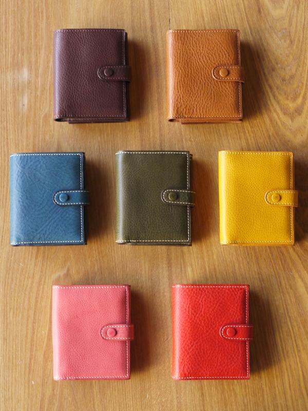 味わいある柔らかい手触りの レザー二つ折りベルト財布 ミネルバ