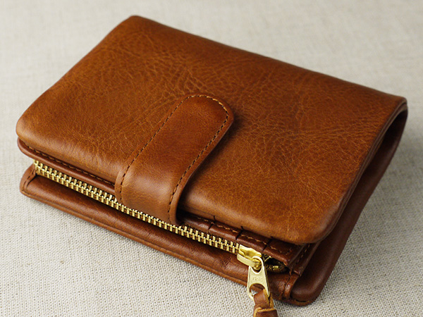味わいある柔らかい手触りのレザーベルト付き二つ折り財布 アリゾナ