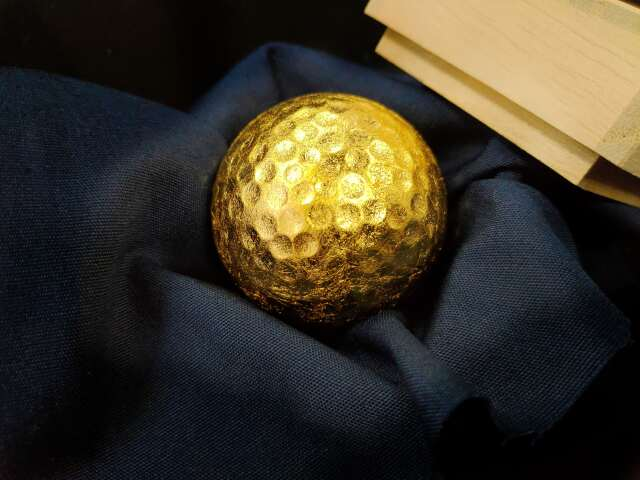 金のゴルフボール