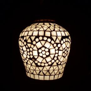 <送料無料>色鮮やかな小さなガラスを石膏に埋め込んで 1つ1つ手作りで造られたランプ。【ICTP817002】