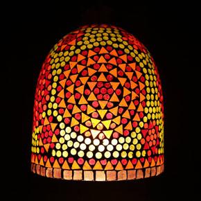 <送料無料>色鮮やかな小さなガラスを石膏に埋め込んで 1つ1つ手作りで造られたランプ。【JCIP4706】
