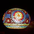 <送料無料>色鮮やかな小さなガラスを石膏に埋め込んで 1つ1つ手作りで造られたランプ。【ICTP816801】