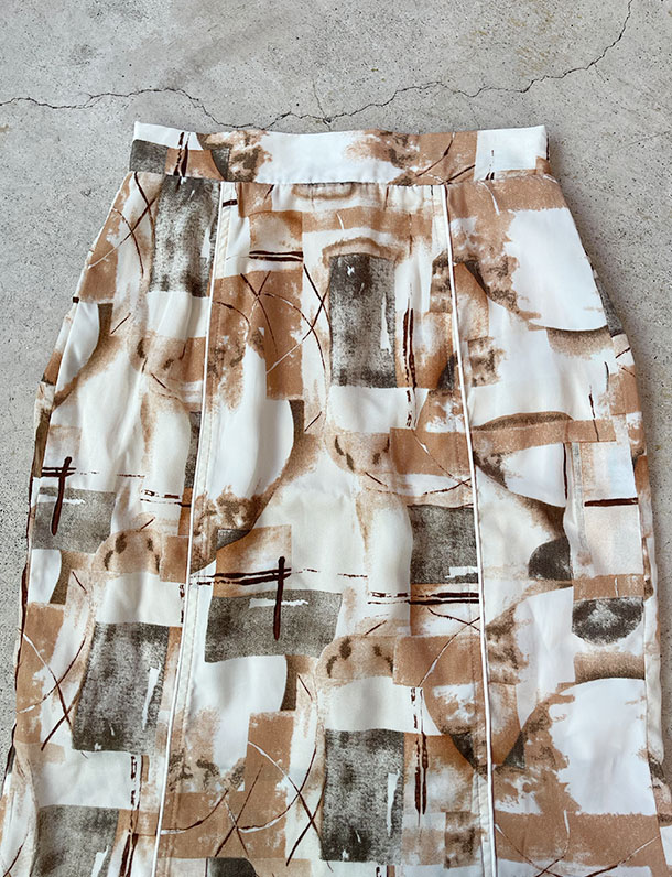 【イタフラバーゲン】 パイピングがアクセント。アート柄バックスリットロングスカート