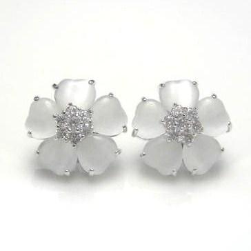 ジュエリーハートアート 人工宝石 トラベルジュエリー通販ショップ ホワイトフラワーピアス