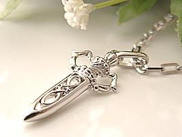 プレゼントに嬉しいK18WG 剣のネックレス