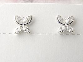 シンプルな蝶のデザインのK14WG(ホワイトゴールド)キュービックピアス
