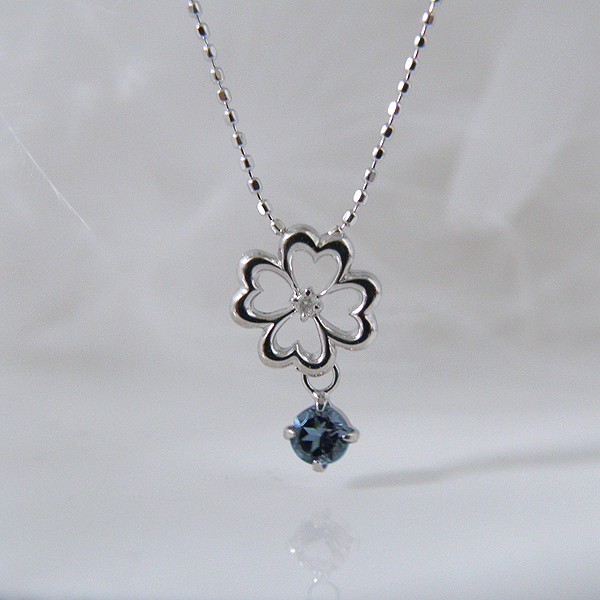 揺れるサファイア(9月誕生石)ダイヤモンド フラワー 幸せの四葉クローバーネックレス K18WG【納期2-3週間】