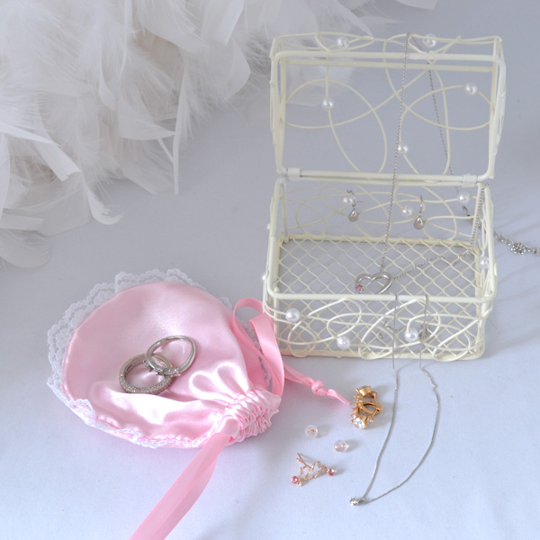 ジュエリーボックスケース 宝石箱 アクセサリーケース ロマンチックな白いカゴ ピンクの可愛ポーチ付