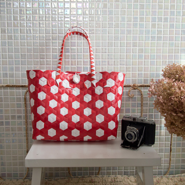 A685 3Dのプラカゴ・変わり編み六角形(赤×白)