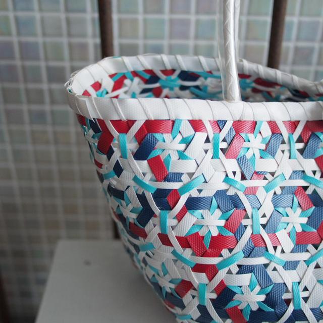 A952 花まる編みのプラカゴ★うまく混ざりました!  S (白×赤×水色×紺色・インディゴ)