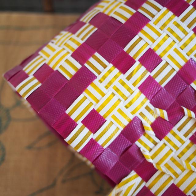 赤紫と黄色の組み合わせが新鮮なかごバッグ