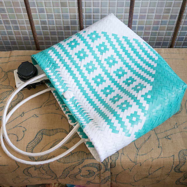 C0350  PPバンドのプラカゴ☆ジグザグ編みのななめ幾何学柄  M (白×水色)