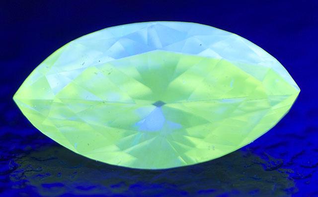 蛍光性が黄緑色系のダイヤモンド画像