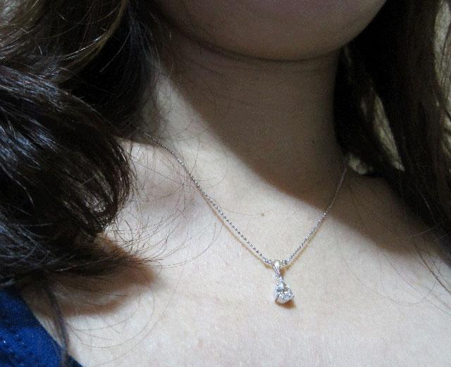 【 お客様 着用写真 】 天然ダイヤモンド ルース(裸石) 0.603ct, Kカラー, VS2, ペアシェイプ 【 蛍光性がベリーストロングブルー 】 【 中央宝石研究所 】