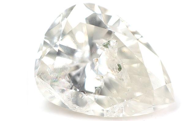 【 ダイオプサイド ( またはパイロキシン ) と思われる結晶入り 】 天然ダイヤモンド ルース(裸石) 0.725ct, Kカラー, I-2, ペアシェイプ 【 中央宝石研究所 】 【 送料無料 】