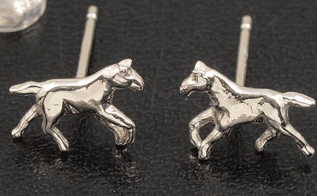 馬 ピアス K18WG (うま/午/ホース/horse/18金ホワイトゴールド ) 干支が午年の人や、乗馬や競馬(ホースレーシング)がお好きな方へのプレゼントにも最適。【送料無料】