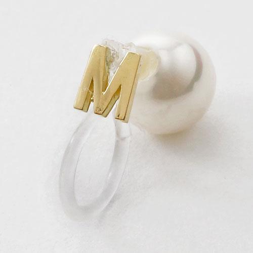 18金 イニシャル M インビジブル 片耳 イヤリング 6mm珠 貝パール 挟み込み式 5361-EG16