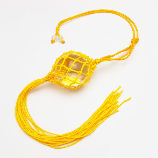 黄色のネットに入った水晶玉(f50013)