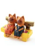 ベンチにおすわりペアアニマルの木製置物(ネコ)
