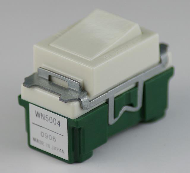 埋込連用4路タンブラスイッチ WN5004 パナソニック