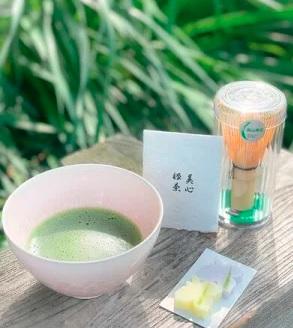 奈良高山地域で大切に伝承された伝統工芸品の茶筌とセット