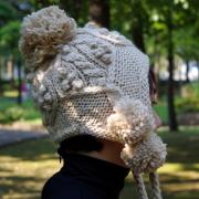 【ニット帽 ボンボン】耳あて付 ポンポン付のニット帽子  レディースのかわいい 毛糸の帽子/ベージュ・グレー・ブラックのニット帽★メール便対応