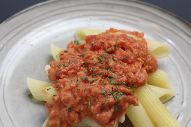 国産蒸しマグロと有機ペンネの有機トマトソース和え