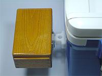 篭定エサ箱ホルダー装着イメージ・・・クーラーの外側へ取り付け、エサ箱を装着いたしました。