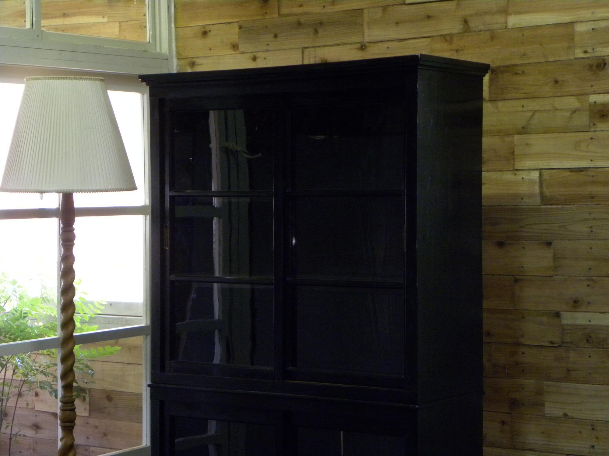 大正期の二段の黒いガラスケース・飾り棚