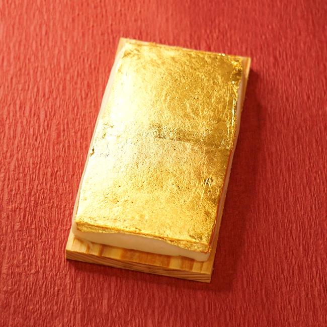 豪華に金箔をあしらったかまぼこ