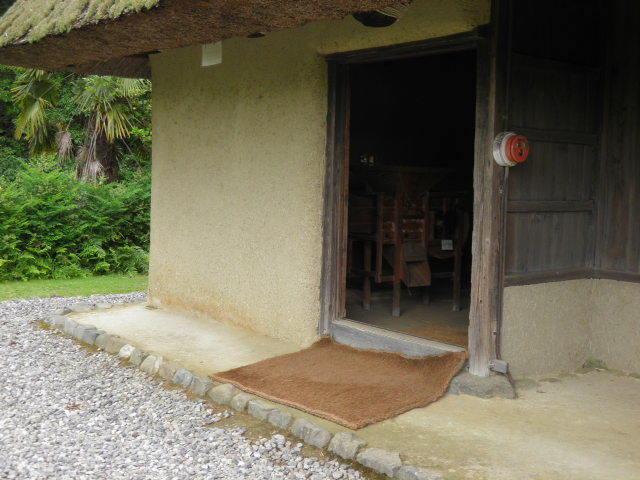 和歌山県立紀伊風土記の丘で移築民家の入り口に