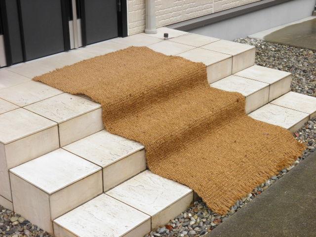 ぬかるみ防止、泥はね・泥落しに柔軟性のある天然素材ロールタイプマット