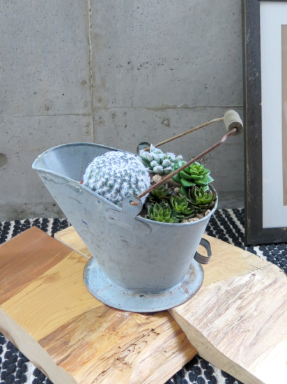 0486フェイクグリーン 丸いサボテンと多肉植物の取っ手付きブリキポット(人工観葉植物)