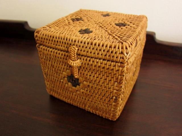 アタ製ふた付きスクエアボックス(10cm立方体・黒のワンポイント模様入り)AT059