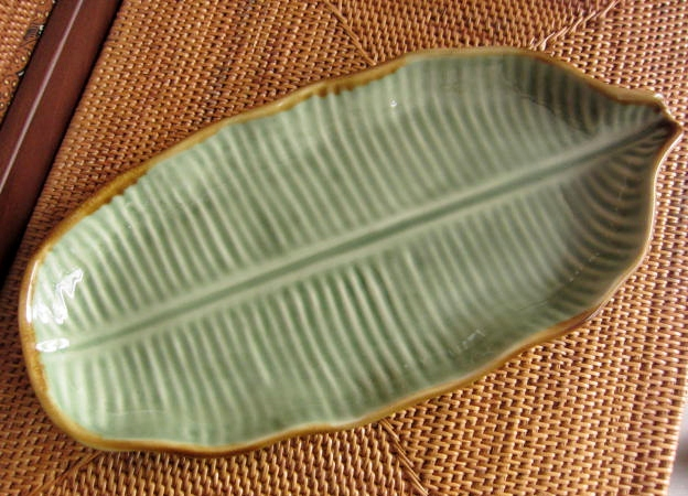 バナナリーフの飾り皿28cm(グリーン、バリ島タバナン焼き)IA013